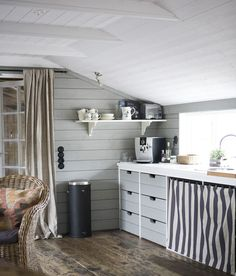low ceiling (via Sköna hem) - my ideal home. Beach House Kitchens, Cabin Kitchens, Rustic Kitchen, Vintage Kitchen, Kitchen White, Cocinas Kitchen, Dining Room Design, Ideal Home, Life Magazine
