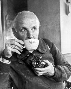 """HENRI CARTIER-BRESSON (1908-2004). Fotógrafo francés considerado por muchos el padre del fotorreportaje. Predicó siempre con la idea de atrapar el instante decisivo, versión traducida de sus """"imágenes a hurtadillas""""."""