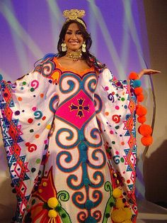 Motivos Wayuu visten las reinas de belleza del Miss Venezuela - Mama Tierra News Beautiful Inside And Out, Most Beautiful Women, Beautiful People, Miss Venezuela, Boho Bags, Amazing Cosplay, Folk Costume, Fur Pom Pom, Cosplay Costumes