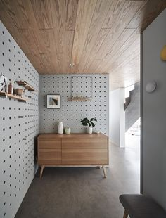 Turn your walls into your own custom shelving units with floor to ceiling pegboa. - Home Design Pegboard Craft Room, Pegboard Display, Pegboard Storage, Kitchen Pegboard, Ikea Pegboard, Painted Pegboard, Craft Rooms, Tool Storage, Shelving Display