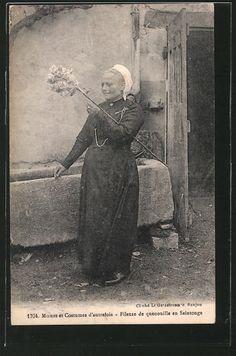 Moeurs et Costumes d'autrefois, Fileuse de quenouille en Saintonge, Poitou-Charentes, France