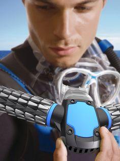 Technologie –  Plongée :  Grâce au respirateur d'oxygène Triton , il  est désormais possible de respirer sous la surface de l'eau comme si vous étiez un poisson. http://www.humanosphere.info/2014/01/respirer-sous-leau-comme-les-poissons-oui-cest-desormais-possible/