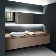 Este diseño de cuarto de baño con una muy buena idea la retroiluminacion del espejo, muy original.