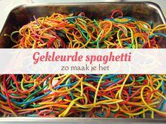 Zo maak je gekleurde spaghetti voor kinderen om mee te spelen. van: www.mizflurry.nl