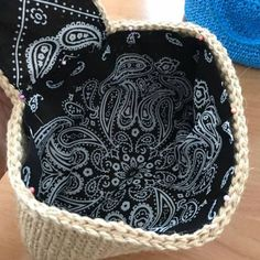 フラップ付きクラッチバッグの内袋の作り方です。 まずはフラップの型紙を作ります。 厚紙にぐいぐい直接ペンで描いて型を取ります。 このままでは大きいのでひとまわり小さくします。 フラップに合わせてみて5ミリくらい小さくします。 下は2cmぐらいかな? 生地... Straw Tote, Handmade Bags, Knit Crochet, Crochet Bags, Jute, Sewing Crafts, Upcycle, Diy And Crafts, Purses