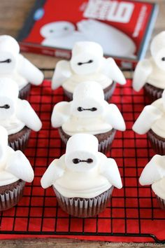 Big Hero 6 comes to life at home with these Baymax Cupcakes topped with marshmallow frosting and large marshmallows. {Step-by-Step Tutorial} Disney Cupcakes, Yummy Cupcakes, Cupcake Wars, Cupcake Cookies, Big Hero 6 Party Ideas, Yummy Treats, Sweet Treats, Cupcakes Decorados, Marshmallow Frosting