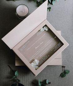 Convite de casamento na box!  Com flores dentro nude e branco  #criacaoscards Orçamentos somente no  contato@scards.com.br