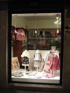 L'Orso di monza - mimisol in vetrina l'orso in monza: window display of mimisol Boutique Window Displays, Store Window Displays, Stall Display, How To Build Steps, Kids Wardrobe, Shop Organization, Children's Boutique, Shop Plans, Kids Store