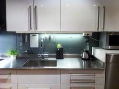 Rostfri diskbänk med uppvikta kanter till ett IKEA Metod kök.