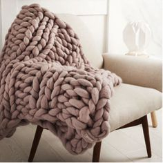 Stay super comfy this winter with this chunky knit blanket! This beautiful super chunky knit blanket makes a decorative impact on any bedroom or living room! Die mode yet neutrales statement that never fails to Cable Knit Blankets, Comfy Blankets, Knitted Blankets, Throw Blankets, Cable Knit Throw, Bed Throws, Pillows On Bed, Crochet Throws, Pink Throws