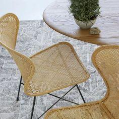 Jeu de tressage avec la chaise de table Rafferti en rotin tressé à la main du catalogue AMPM collection automne hiver 2018 à feuilleter.