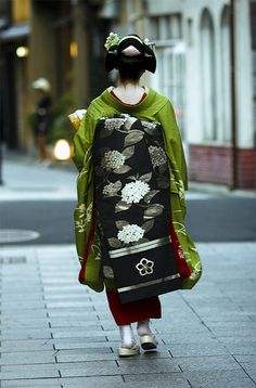 The World's Best Photos of kikuyu and kyoto Traditional Fashion, Traditional Outfits, Costume Ethnique, Geisha Art, Japanese Geisha, Japanese Art, Japanese Outfits, Yukata, Japanese Culture
