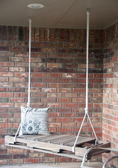 Bookmark this DIY wood pallet project to make an outdoor swing for your porch.