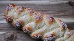 Classic challah is almost as sacred as Shabbat itself, and we know how gratifying and delicious it is to prepare . Holiday Recipes, Great Recipes, Favorite Recipes, Recipe Ideas, Jewish Recipes, Challah, Love Food, Delish, Breads