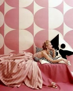 Lisa Fonssagrives modeling a pink and white striped dress by Claire McCardell, photographed by Richard Rutledge, April That wallpaper! The oversized black and white pillow print! This photo heralds so many mod things to come. Claire Mccardell, Vintage Glamour, Vintage Vogue, Vintage Beauty, Vintage Fashion, 50s Glamour, 1950s Fashion, Ad Fashion, Fashion Glamour