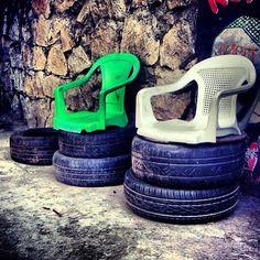 Improvisando com pneus e cadeiras antigas de plástico. Além de serem super resistentes, os pneus também ganham várias funções dentro da casa. Eles podem ser usados como cuba da pia, revisteiro, prateleira para guardar brinquedos, como apoio para bancos e mesas e até como vasos para plantas. Por isso, na hora de aposentar o pneu do seu carro, inspire-se nessas dicas para sua reutilização!