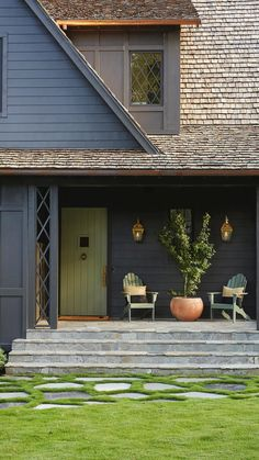Ranch Exterior, Cottage Exterior, Modern Exterior, Exterior Houses, Exterior Siding, Dark Blue Houses, Malbaie, Exterior Paint Colors For House, Outdoor House Colors