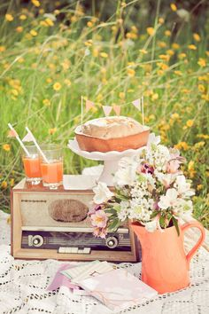 #retro styling - snack picknick summer - vintage radio breakfast cake  desert