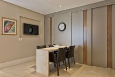 Para isolar a cozinha quando necessário, foi instalada uma porta de correr no mesmo tom dos móveis.