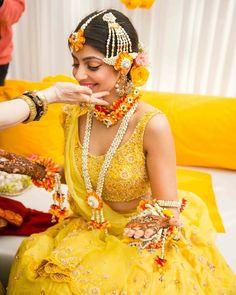 Tenue d& Mehendi pour Brides Mehendi Outfits, Bridal Outfits, Bridal Dresses, Dress Wedding, Hairdo Wedding, Wedding Flowers, Mehndi Ceremony, Haldi Ceremony, Wedding Ceremony