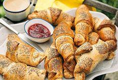 Čerstvé, voňavé a dozlatova upečené rohlíky ze špaldové mouky sypané mákem, si můžete vychutnat s tím, co máte rádi, třeba s máslem a domácím džemem, tvarohovou pomazánkou nebo šunkou a sýrem. #domacirohliky #spaldoverohliky #domacipecivo #receptnarohliky #nejlepsirohliky Flank Steak, Pretzel Bites, Toast, Bread, Food, Skirt Steak, Eten, Bakeries, Meals