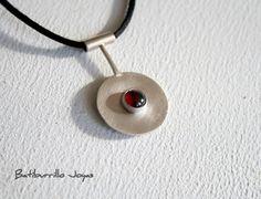 Sterling silver cymbal pendant with garnet. por BatiburrilloJoyas