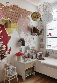Decoração de: Quarto de criança - papel de parede mapa mundi rosa; Casa de Valentina