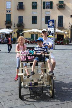Lucca: Mit dem Fahrrad über die Stadtmauer einmal rund um die Stadt. Im Park an der Stadtmauer gibt es auch einen Spielplatz und auf dem Piazz.