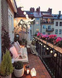 Balkon gestalten: Die besten Tipps und Ideen Spring is coming, but you don't know how to design your Decoration Gris, Pergola, Balkon Design, Farmhouse Side Table, Apartment Balconies, Balcony Garden, Balcony Ideas, Patio Ideas, Spring Is Coming