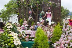 Funchal, Madera - 20 kwietnia 2015: Wykonawców z kolorowe i wyszukane stroje, biorąc udział w paradzie Festiwal kwiatów na wyspie Madera, Portugalia — Obraz stockowy #73664913