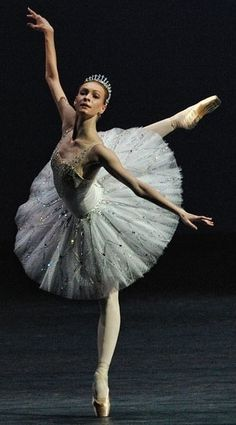 "Performing Balanchine's ""Jewels"" in London, the Bolshoi Ballet featured Olga Smirnova, a dancer of rare gifts, in the ""Diamonds"" section. Ballet Du Bolchoï, Bolshoi Ballet, Ballet Dancers, Ballerinas, Royal Ballet, Bolshoi Theatre, Ballet Pictures, Dance Pictures, Ballerine Vintage"