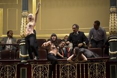 Ativistas do grupo feminista Femem são arrastadas por agentes de segurança do Parlamento da Espanha, em Madri, após protestos no local - http://epoca.globo.com/tempo/fotos/2013/10/fotos-do-dia-9-de-outubro-de-2013.html (Foto: AP Photo/Daniel Ochoa de Olza)