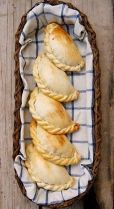Empanadas Argentinas-my husband's look like this and oh so good picture only Mexican Food Recipes, Beef Recipes, Cooking Recipes, Scones, Great Recipes, Favorite Recipes, Comida Latina, Bread And Pastries, Latin Food