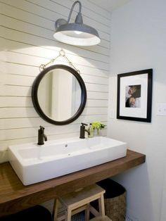 evier salle de bain, lambris mural salle de bain et lampe industrielle