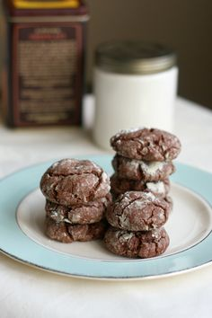 Gluten free and vegan chocolate crinkle cookies. Recipe on theprettybee.com