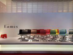 Charles & Ray Eames (1958) for Vitra: Aluminium Chair EA 101, EA 103, EA 104 © Gili Merin #eames #eameschair #hangitall @vitra
