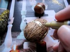Easy Christmas decoration with gold markers and some nuts. You can find the DIY project on the website.