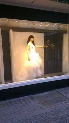 Een trouwjurk is een grote investering, je koopt hem niet zomaar. hiervoor ga je uitgebreid zoeken en pas je heel veel verschillende jurken. de etalage hoeft dus niet vol te staan