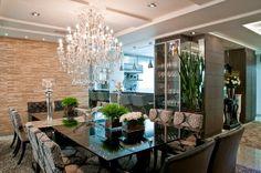 Mesa com aparador embutido em salas de jantar e cozinhas - veja modelos lindos!