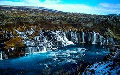 Die monumentalen Lavawasserfälle Hraunfossar im Westen Islands
