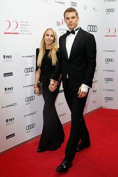 Hochzeit auf Krcken Manuel Neuer heiratet Der BayernTorwart schreitet mit Gehhilfen zum