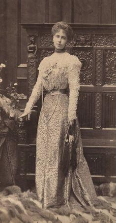 Crown Princess Marie of Romania, 1898 Reine Victoria, Queen Victoria, Vintage Photographs, Vintage Photos, Romanian Royal Family, Fancy Dress Ball, Become A Fashion Designer, Edwardian Fashion, Vintage Fashion