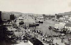 Hordaland fylke Bergen Vågen, Bergens eldste havneområde, fotografert i 1950. Utg A.T. 1950