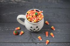 Are you throwing a Halloween party? You need Halloween versus for cards. Our online Halloween party offers Halloween poems that rhyme, candy, and music. Diy Halloween, Worst Halloween Candy, Halloween Wedding Favors, Bonbon Halloween, Halloween Poems, Halloween Snacks, Halloween Pumpkins, Halloween Decorations, Halloween 2019