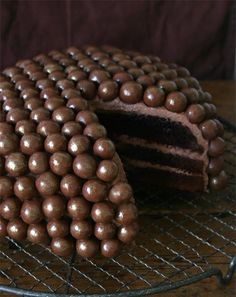 Last weekend we went to a Christmas-do with friends and I wanted to create a fun chocolate cake that also looks festive so it was time to ...