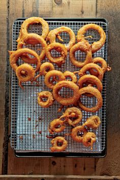 Beer-Battered Onion Rings Recipe Beer-Battered Onion Rings A flavorful batter infused with honey, paprika, and lager beer is the secret to these crunchy onion rings. This recipe first appeared in our November 2011 issue along with Dana Bowen's story Roots Beer Recipes, Veggie Recipes, Cooking Recipes, Onion Recipes, Easy Recipes, Recipies, Finger Food Appetizers, Appetizer Recipes, Beer Battered Onion Rings