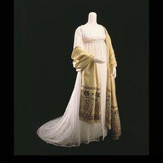 Abito inglese da sera del 1810 circa, con taglio stile Impero, di mussolina bianca