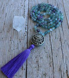 {Mala púrpura, Fluorita granos, grano de plata de flor de loto, joyería tibetana, borla morada, Handknotted, collar de meditación, yoga joyas, boho} Esta es una hermosa y única mala granos. Se llama la MALA de sanador suave hecho a mano con gemas de Fluorita, una tibetana grano de plata (a mano) con una flor de loto repousse. Es mano anudada con cuerda de seda de color púrpura y una borla de seda de lujo. FLUORITA verde, esta belleza verde translúcida es un poderoso sanador y protector, de… Tibetan Jewelry, Yoga Jewelry, Beaded Flowers, Lotus Flower, Silver Beads, Handmade Silver, Belly Button Rings, Tassels, Etsy