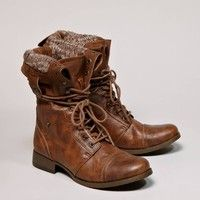 Lace Up boots are a great way to add edge into you're outfit during the fall season. They're cute and comfortable!