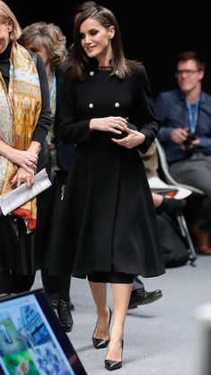 3 December 2019 - Queen Letizia attends an event on climate at IFEMA Fair in Madrid - coat by Carolina Herrera Queen Rania, Queen Letizia, Work Fashion, Fashion Outfits, Womens Fashion, Fashion Pics, Manolo Blahnik, Invisible Crown, Spanish Royalty